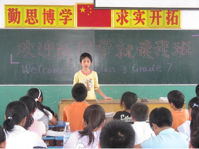 """新转来的小英向同学们自我介绍说:""""我的姓同中国历史上第一个."""